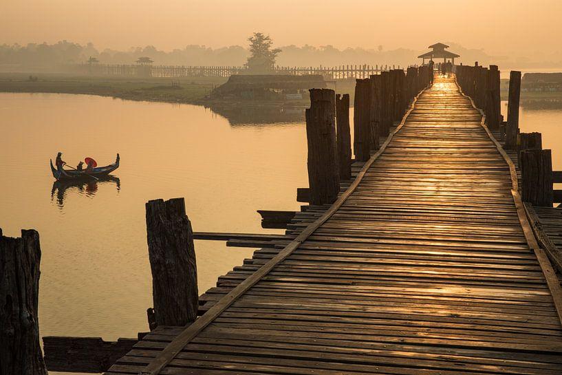 Gondola monte au lever du soleil le long du pont U Mandelay BAIN au Myanmar. Le pont est le plus lon sur Wout Kok