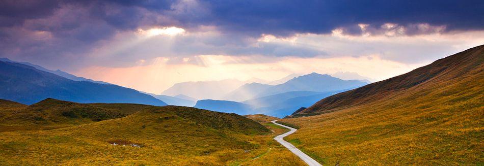 Panorama, landschap met bergen in de Alpen tijdens zonsondergang, uitzicht in de Dolomieten, Italië van Frank Peters