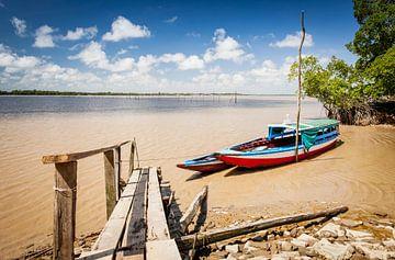 Kleurrijke bootjes op de Commewijne rivier, Suriname van Marcel Bakker