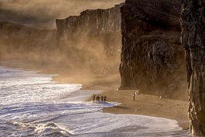Prachtig zonsondergang op het strand  van IJsland