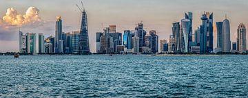 Doha, Katar Skyline Von der Corniche Tageslicht Blick mit dem arabischen Golf im Vordergrund von Mohamed Abdelrazek