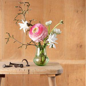 Stilleven van boeketje bloemen met oude stalen nagels
