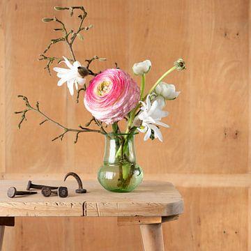 Stilleben eines Blumenstraußes mit alten Stahlnägeln von Letty Bonsma
