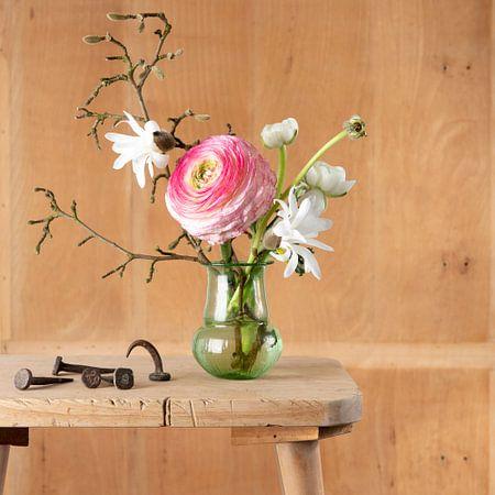 Stilleven van boeketje bloemen met oude stalen nagels van Letty Bonsma