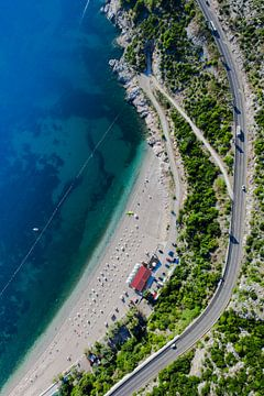Plage au bord de la mer et de la route. Paysage ci-dessous (photo aérienne d'un parapente) avec la c sur Michael Semenov
