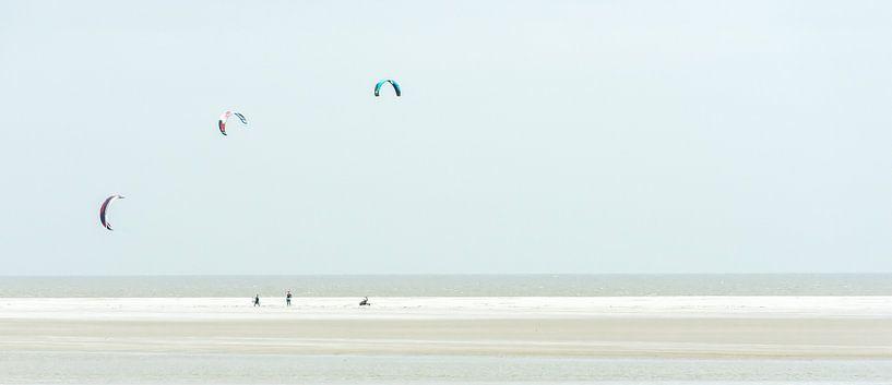 Playing the wind, Kitesurfen. van Jeroen Kleverwal