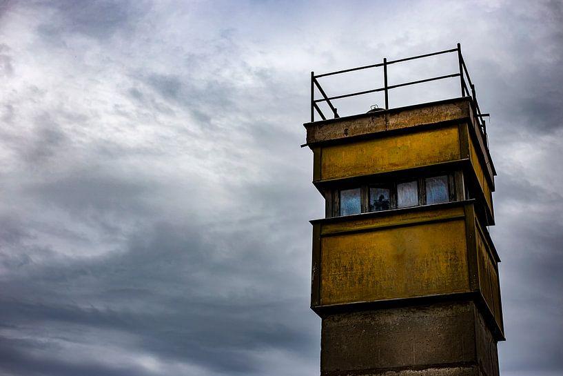 Een uitkijktoren van de DDR van Eus Driessen