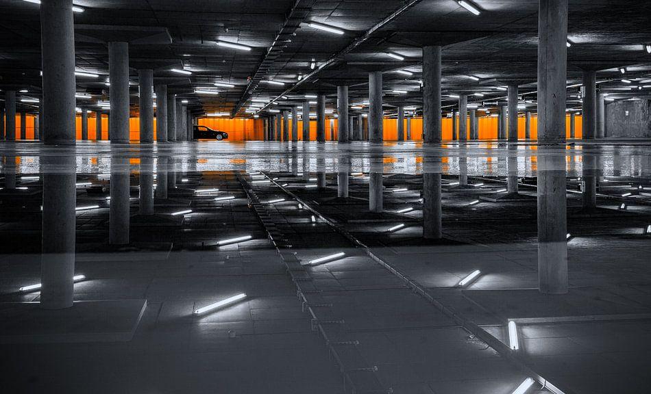 Alleen in de parkeergarage van Martijn van Dellen