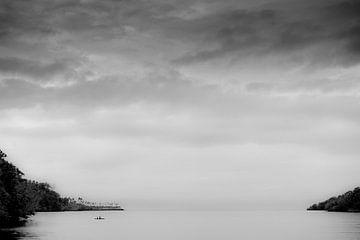 Uitzicht op Salomon zee vanuit Tufi in Papua Nieuw Guinea van Ron van der Stappen