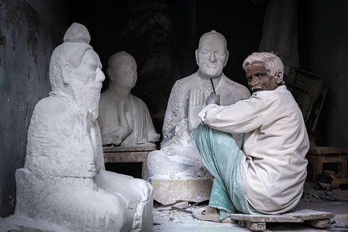 Beeldhouwer aan het werk in zijn winkel in Varanasi India. Wout Kok One2expose van