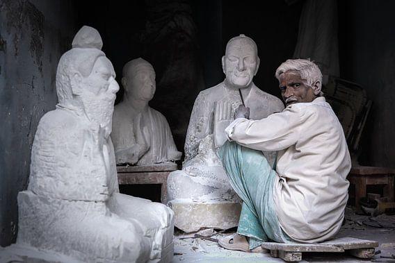 Beeldhouwer aan het werk in zijn winkel in Varanasi India. Wout Kok One2expose van Wout Kok