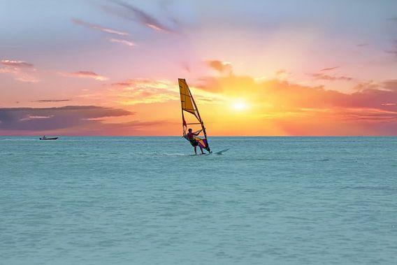 Windsurfer op de Caribbische zee bij Aruba bij zonsondergang