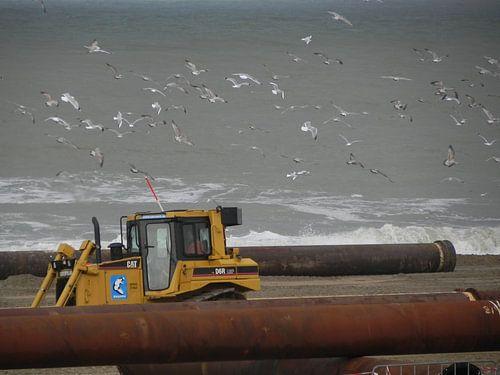 Zand opspuiten aan de kust van Scheveningen