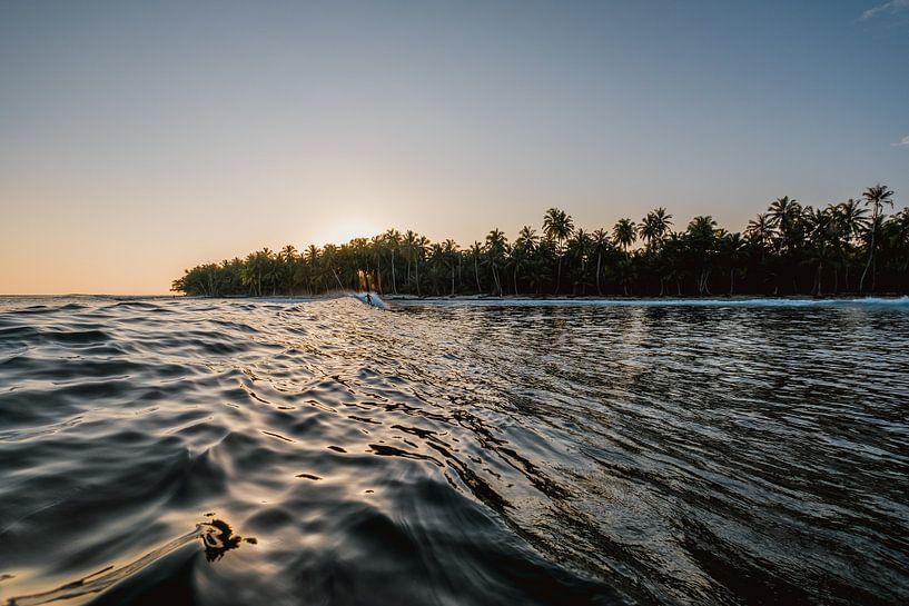 Surfen in Mentawai bei Sonnenuntergang 4 von Andy Troy