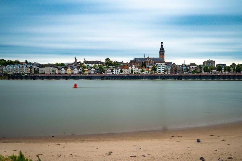 Gezicht op Nijmegen vanaf Lent van Maerten Prins