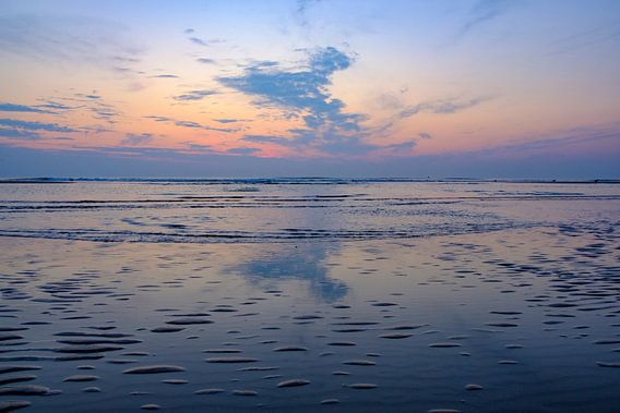 Zomerse zonsondergang op het strand