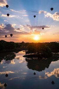 Zonsopkomst met luchtballonnen in Bagan Myanmar, met mooie reflectie op het water van Twan Bankers