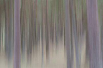 Abstracte bomen in verticale blur van Tonko Oosterink