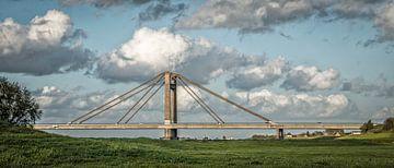Prins Willem-Alexanderbrug in de wolken van Bea Hoendervanger