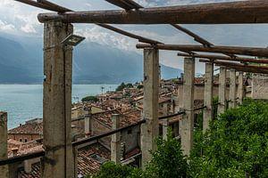 Zicht vanuit de citroentuinen over Limone sul Garda