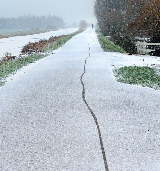 Fietser maakt spoor in de Verse Sneeuw