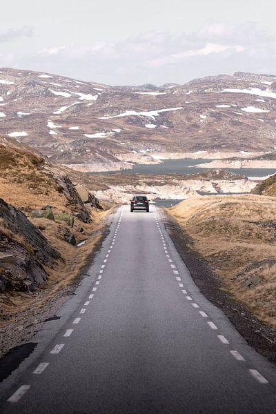 Auto op verlaten weg in Noors berglandschap | Reisfotografie Lofoten, Noorwegen van Dylan gaat naar buiten