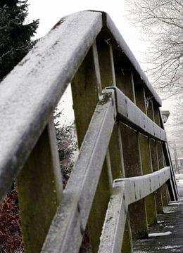 De voetgangersbrug in de winter