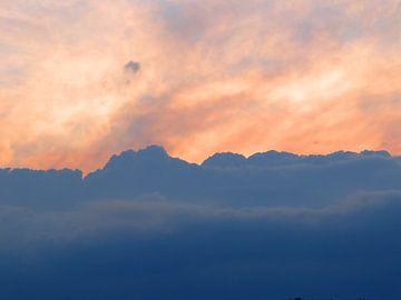Clouds (Wolken in de Avondlucht) van Caroline Lichthart