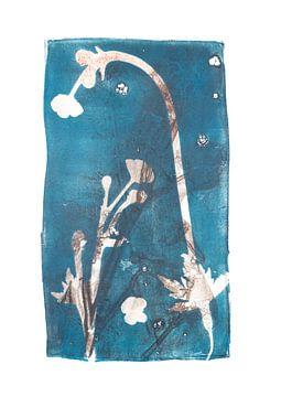 Plantes et fleurs botaniques imprimées en bleu-brun sur Angela Peters