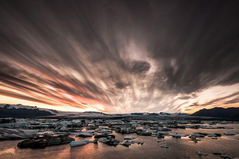 Zonsondergang bij het ijsbergenmeer Jökulsárlón van Gerry van Roosmalen