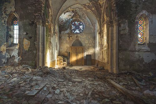 Kirche mit Lichtstrahl von Perry Wiertz
