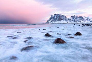 Zonsopkomst op het strand van Uttakleiv op de Lofoten in Noorwegen van Jos Pannekoek