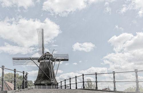Windmolen in het dorp Sloten in Friesland,  Nederland