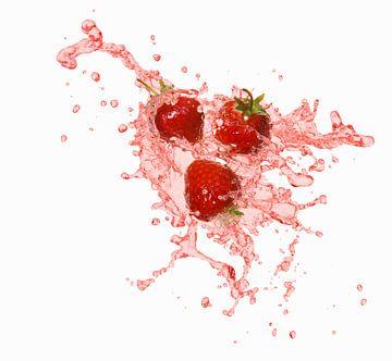 12599768 Aardbeien in een plons vruchtensap van BeeldigBeeld Food & Lifestyle