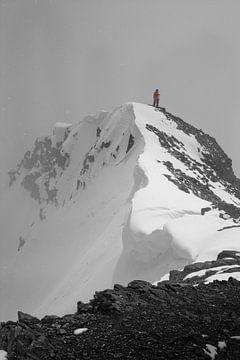 Bergsteiger auf dem Gipfel eines verschneiten Berges im Schneesturm. mit Schnee und Eis von Michael Semenov