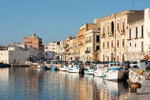 Vissershaven aan zee in Sicilië van Ulrike Leone