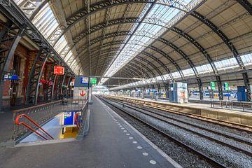 Fast verlassener Amsterdamer Hauptbahnhof in Amsterdam von Sjoerd van der Wal