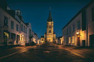 Een verlaten plein in Thorn, het witte stadje in Limburg van Eus Driessen