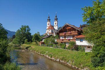 Pfarrkirche Darstellung des Herrn, mit Fluss Prien, Aschau im Chiemgau, Oberbayern, Bayern, Deutschl von Torsten Krüger