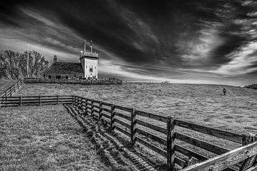 Der Leuchtturm von Workum in Friesland in schwarz-weiß von Harrie Muis