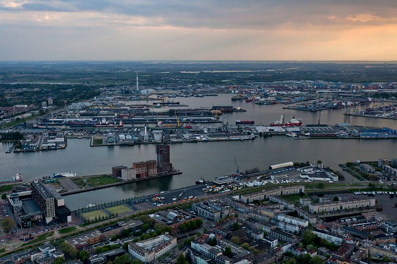 De haven van Rotterdam van Roy Poots