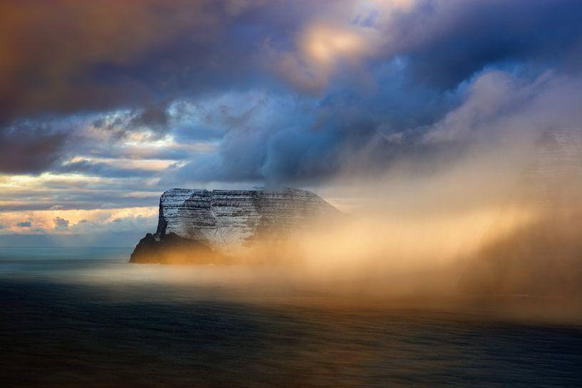 Vidoy in clouds van Wojciech Kruczynski