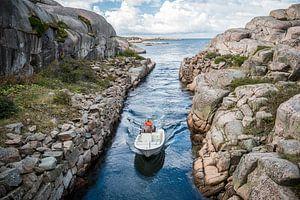 Das Boot segelt vom Meer zum Hafen von Smögen von Maurice Volmeyer
