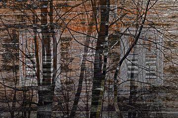 houten huis in het bos met avondrood van Hanneke Luit
