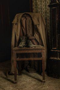 Een oude jas aan een oude stoel van