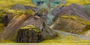 Schafe vor den farbenfrohen Hügeln Islands von Denis Feiner