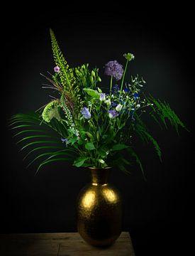Stilleven paarse en blauwe bloemen in gouden vaas