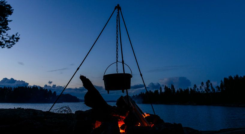 Kochtopf über einem Lagerfeuer in Schweden von Sjoerd van der Wal