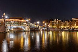 De Blauwbrug bij nacht