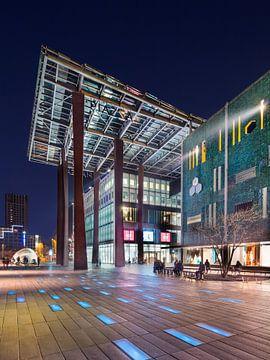 Canopy à l'entrée Bijenkorf centre commercial la nuit, Eindhoven sur Tony Vingerhoets